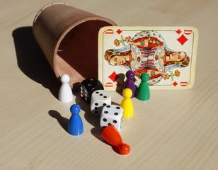 Spiel Spielfigur Würfel Würfelbecher Karte Spielkarte
