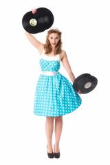Frau im Sommerkleid hält Schallplatten