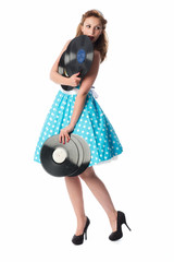 Frau im türkisen Kleid hält Schallplatten