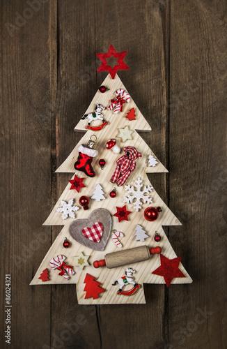 Weihnachtliche dekoration in rot wei kariert mit holz for Dekoration in rot
