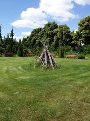 Garten mit Scheiterhaufen
