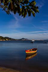 Barcos no mar tranquilo