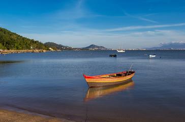 Canoa em mar calmo