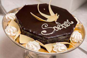 Torta sacher, su vassoio silver decorata con cioccolato