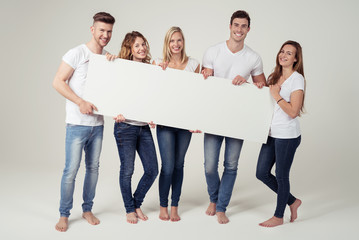 junge gruppe zeigt ein weißes plakat