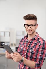 moderner junger mann im büro mit tablet-pc