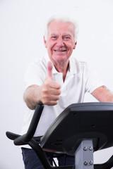 positiver Senior mit Daumen hoch beim Sport