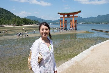 宮島を観光している女性