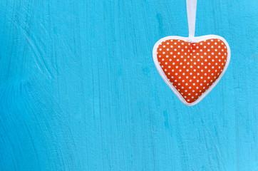 Rotes Herz auf blauem Hintergrund