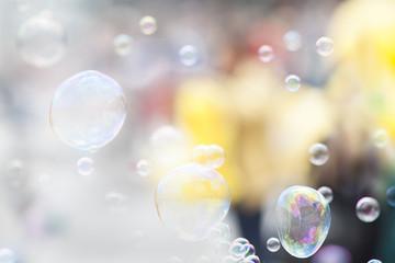 Leichte und helle Seifenblasen als Grußkarte zum Geburtstag oder sommerlichen, feierlichen Anlässen. Hintergrundbild für fröhliche Stimmung.