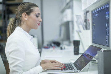 Una giovane ragazza lavora al pc in ufficio