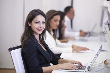 Giovane e bella donna in carriera durante il suo turno di lavoro