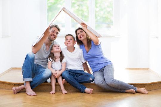 Familie träumt vom eigenen Haus