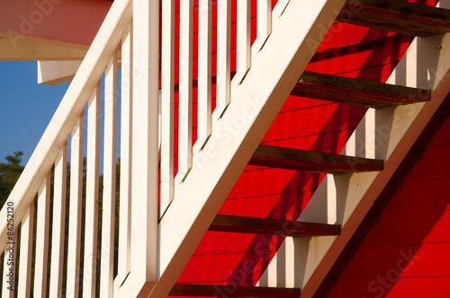 Weiße Holztreppe weiße holztreppe vor roter holzwand stockfotos und lizenzfreie