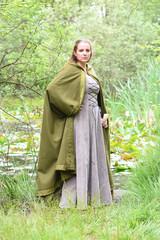 jeune femme en tenue médiévale