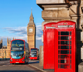 Fond de hotte en verre imprimé Londres bus rouge London with red buses against Big Ben in England, UK
