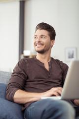 lächelnder mann surft im internet