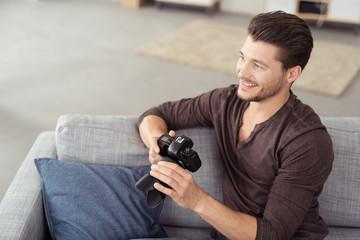 lächelnder mann mit fotokamera