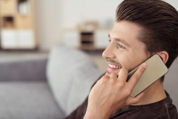 mann telefoniert mit seinem mobiltelefon zu hause