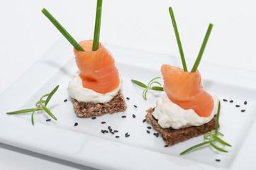 Pinchos de salmón ahumado con queso