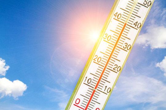 Thermometer mit 40 Grad in der Sonne