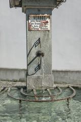 Brunnen mit Verbotstafel in Maienfeld