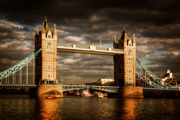 Fotomurales - Tower Bridge in London, the UK. Dramatic stormy and rainy clouds