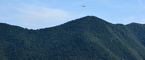 hàlicoptère survolant la montagne