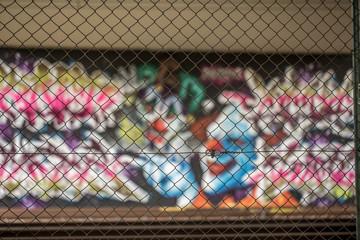 Graffiti hinterm Zaun in Mainz Kastel