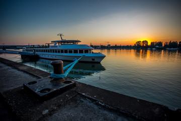 Schiff bei Mainz am Rhein im Sonnenaufgang