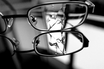 zerbrochenes Brillenglas in s/w