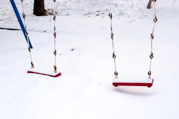 雪が積もったブランコ