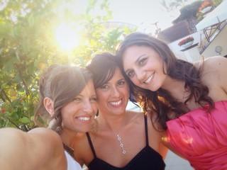 Tre giovani donne sorridenti mentre scattano un selfie