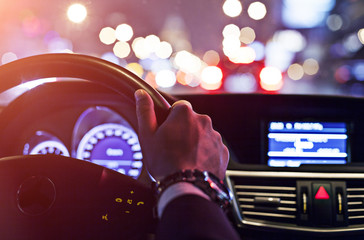 man driving a car at night Fotomurales