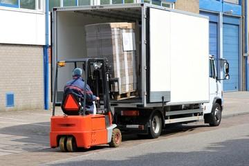 Be-/ Entladung eines Lieferwagens