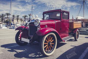 Keuken foto achterwand Havana Vintage car at port.
