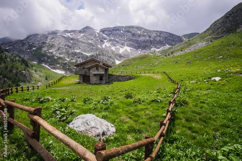 Baita di montagna circondata da una recinzione in legno for Baita di legno