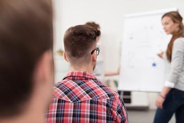 teilnehmer an einem seminar arbeiten zusammen am flipchart