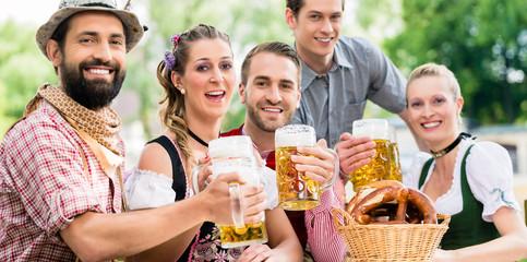 Freunde im Biergarten in Bayer trinken im Sommer