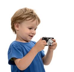 Kind betrachtet begeistert seine Bilder auf der Kamera