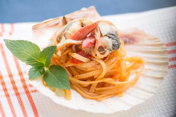 Spaghetti con molluschi conditi nella conchiglia