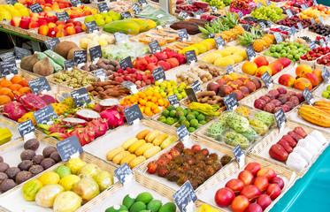 Frische exotische Früchte auf dem Vikutalienmarkt in München