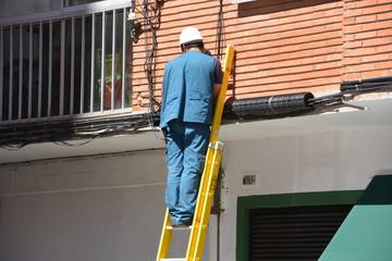 electricista sobre una escalera