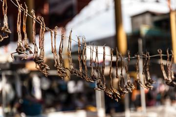 Rane secche appese per la vendita in un mercato del Peru