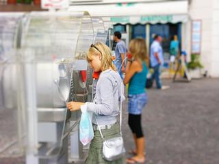 Mädchen an einer alten Telefonzelle am Gardasee