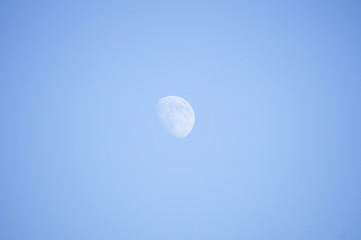 Gündüz açık hava da ay