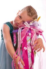 Mädchen umarmt ihre Zuckertüte