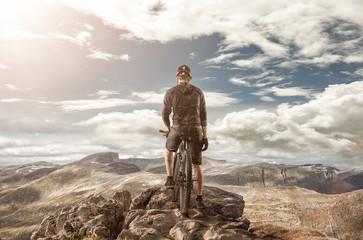 Fahrradfahrer auf bergspitze