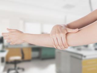 Braccio gomito con mano