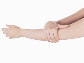 Braccio sinistro tenuto con mano